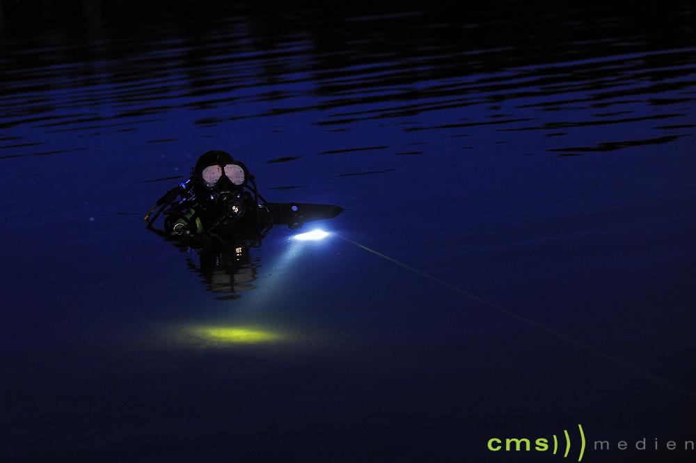 Mann versucht Main zu durchschwimmen